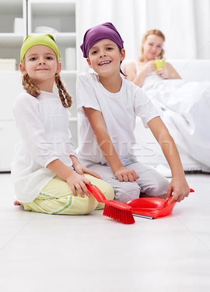 Enfants nettoyage chambre aider mère malade Photo stock © ilona75