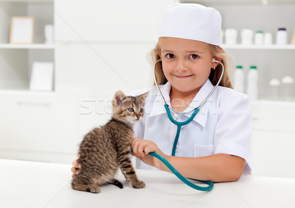 Сток-фото: девочку · играет · ветеринарный · котенка · животного · ухода