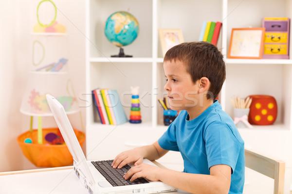 Сток-фото: мальчика · играет · рабочих · портативного · компьютера · комнату · компьютер