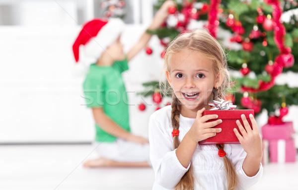 Noel çocukluk kendinden geçmiş küçük kız sunmak kız Stok fotoğraf © ilona75