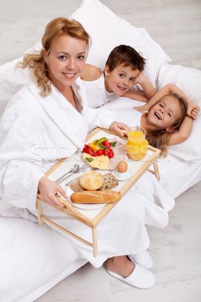 Boldog reggel egészséges étel anya reggeli ágy Stock fotó © ilona75
