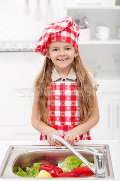 Zdjęcia stock: Mały · kucharz · mycia · warzyw · kuchnia · żywności