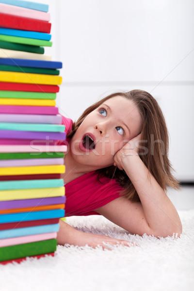 Fiatal iskolás lány megrémült nagy boglya könyvek Stock fotó © ilona75