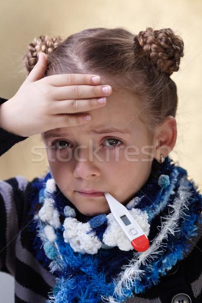 Foto stock: Little · girl · gripe · temperatura · mão · termômetro · saúde