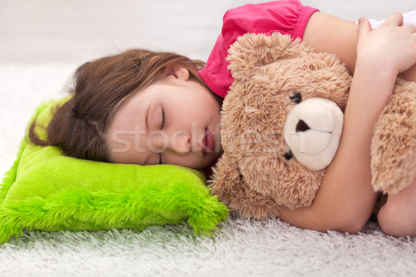 Jeune fille sieste Nounours paisible favori Photo stock © ilona75