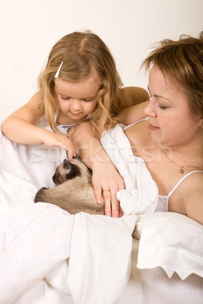 ストックフォト: 女の子 · 母親 · ベッド · 子猫 · 女性
