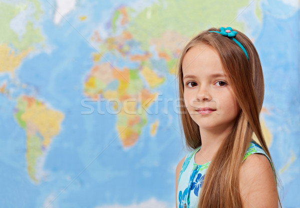 Photo stock: Jeune · fille · carte · du · monde · géographie · classe · espace · de · copie · carte