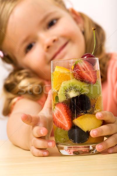 Gelukkig gezonde meisje vruchtensalade Stockfoto © ilona75