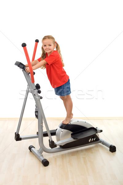 Petite fille permanent haut entraîneur gymnase fille Photo stock © ilona75