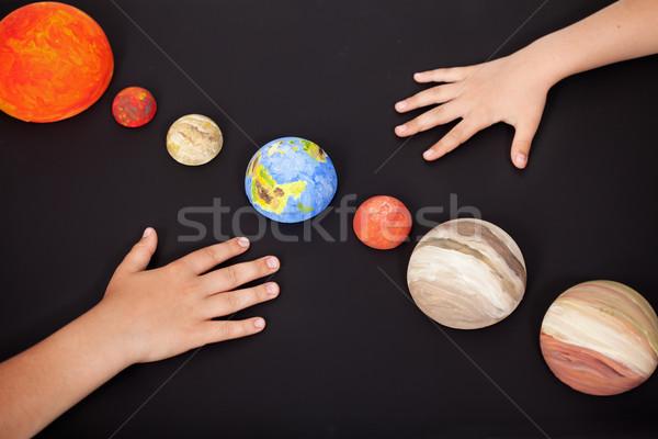 Gyerekek kezek bolygók naprendszer tudomány otthon Stock fotó © ilona75