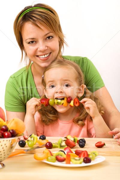 Stock fotó: Egészségesen · enni · falatozó · nő · kislány · eszik · gyümölcs