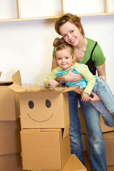 Foto stock: Nina · mujer · cartón · cajas · familia · sonrisa