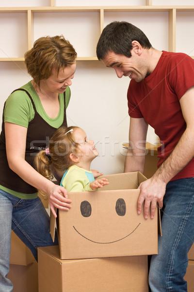Foto stock: Familia · feliz · movimiento · nuevo · hogar · uno · nino · cartón