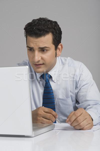 üzletember néz aggódó laptopot használ üzlet toll Stock fotó © imagedb