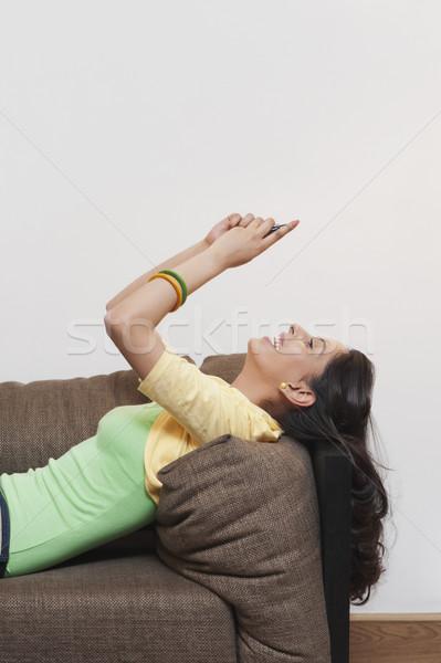 Mulher telefone móvel sorridente conexão 20s Foto stock © imagedb