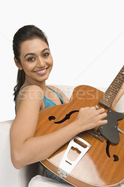 Zdjęcia stock: Portret · kobieta · gry · gitara · salon · młodych