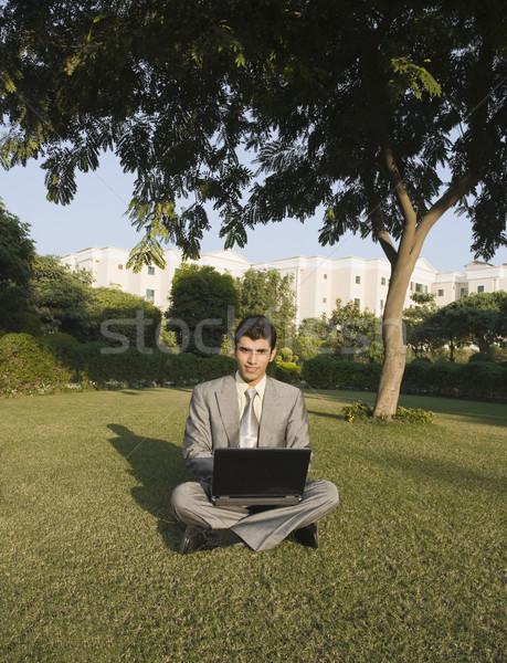 üzletember laptopot használ park üzlet férfi laptop Stock fotó © imagedb
