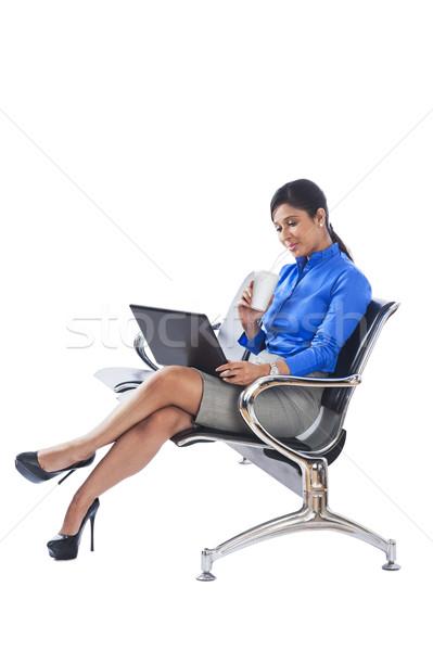 Zakenvrouw drinken frisdrank met behulp van laptop vrouw laptop Stockfoto © imagedb