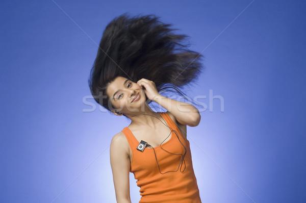 Młoda kobieta słuchania mp3 player niebieski kobieta muzyki Zdjęcia stock © imagedb