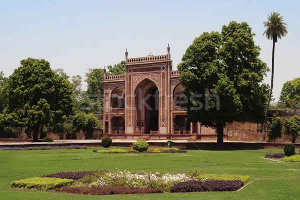 Ingresso cancello mausoleo tomba albero erba Foto d'archivio © imagedb