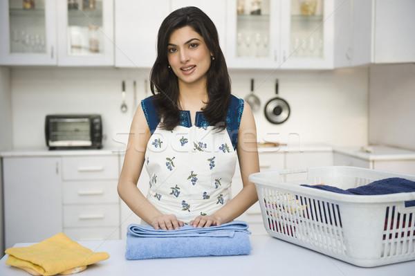 Mulher sorridente lavanderia felicidade prateleira preparação Foto stock © imagedb
