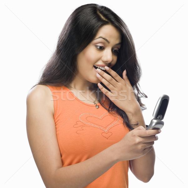 Geschokt jonge vrouw lezing vrouw technologie Stockfoto © imagedb