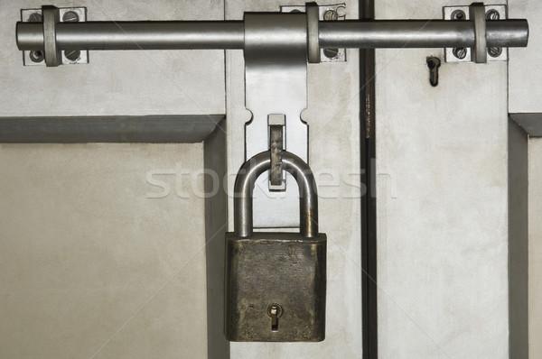 Primo piano porta bloccato lucchetto colore ombra Foto d'archivio © imagedb