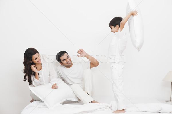 Bataille d'oreillers parents lit famille père Photo stock © imagedb