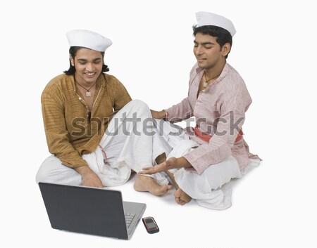 Adam dizüstü bilgisayar kullanıyorsanız arkadaş bilgisayar dizüstü bilgisayar teknoloji Stok fotoğraf © imagedb
