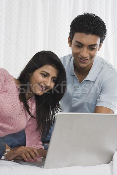 Pareja usando la computadora portátil cama ordenador feliz tecnología Foto stock © imagedb