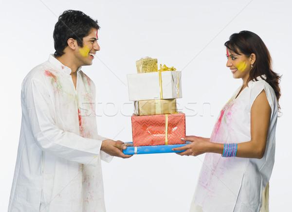 Pár tart ajándék mosolyog öröm boldogság Stock fotó © imagedb