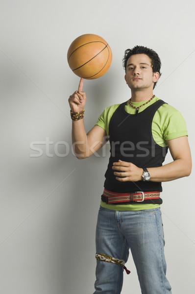 Portré férfi egyensúlyoz kosárlabda ujjhegy hideg Stock fotó © imagedb