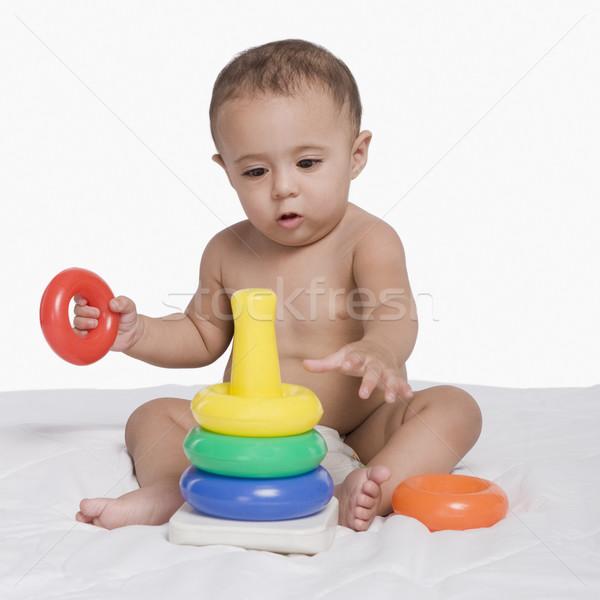 Baby jongen spelen speelgoed plastic vergadering Stockfoto © imagedb