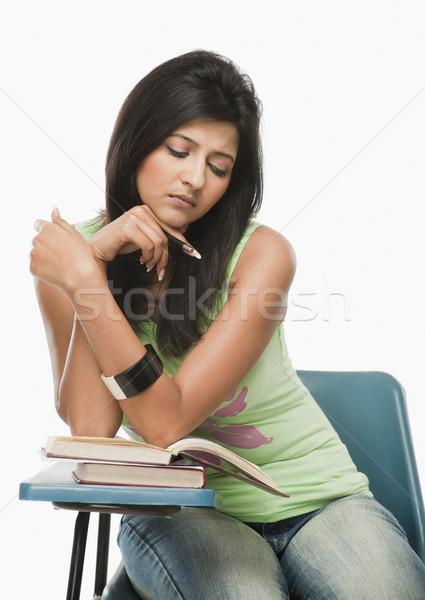 Egyetemi hallgató olvas osztályterem nő könyv oktatás Stock fotó © imagedb