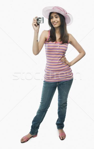 Kobieta zdjęcie aparat cyfrowy młodych uśmiechnięty Zdjęcia stock © imagedb