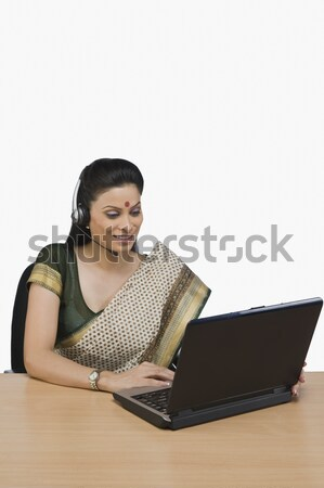 Női ügyfélszolgálat képviselő dolgozik laptop nő Stock fotó © imagedb