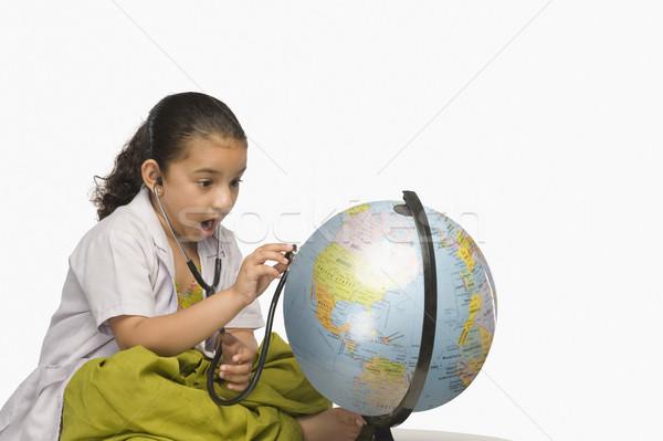 Meisje onderzoeken wereldbol stethoscoop arts milieu Stockfoto © imagedb
