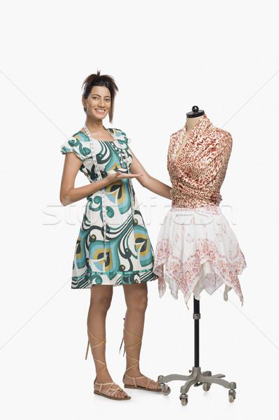 Vrouwelijke mode ontwerper tonen jurk permanente Stockfoto © imagedb