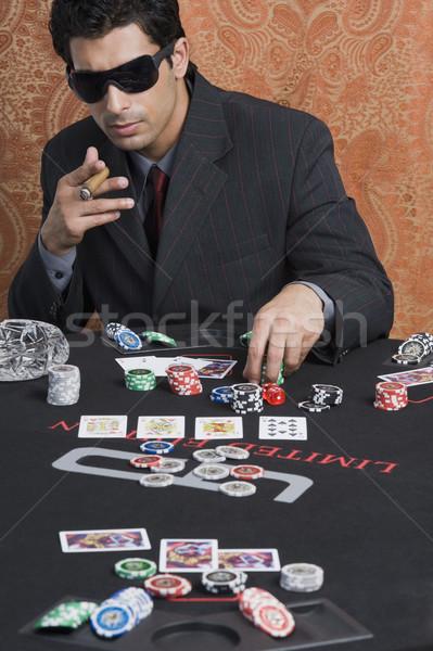 Homem cassino tabela jogo óculos de sol charuto Foto stock © imagedb