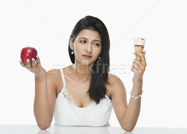 женщину мороженое яблоко красоту таблице мороженым Сток-фото © imagedb