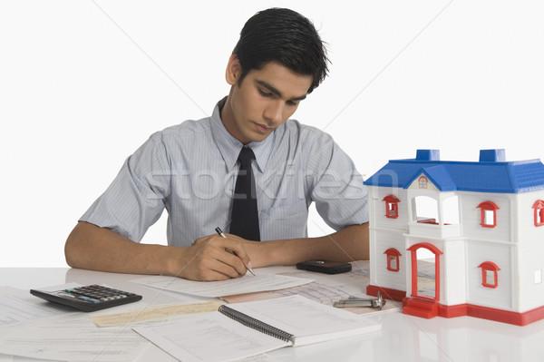 Ingatlanügynök költségvetést készít modell otthon üzlet iroda Stock fotó © imagedb