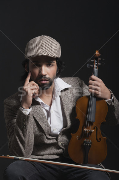 Músico violino pensando música boné Foto stock © imagedb