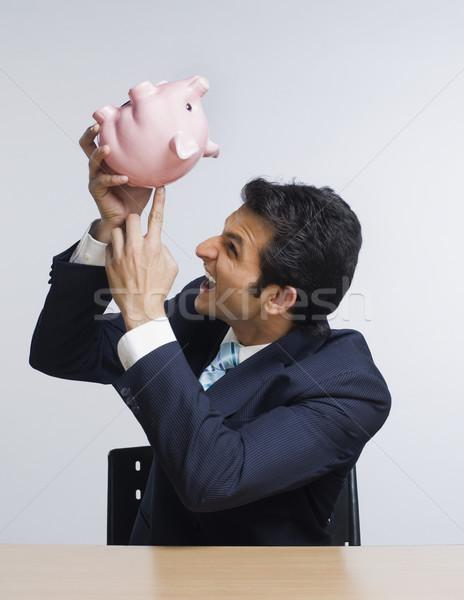 Geschäftsmann schauen böse Sparschwein Business Mann Stock foto © imagedb