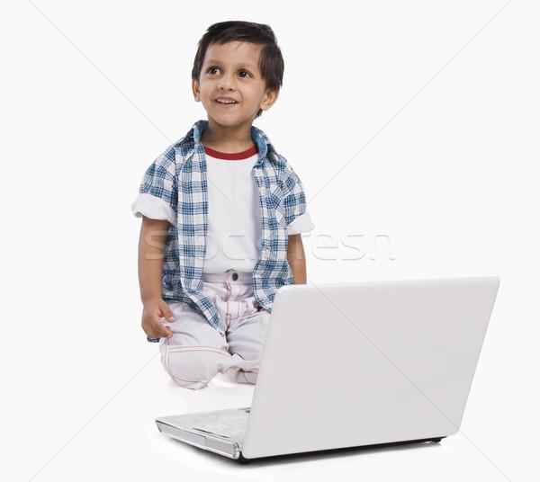 Erkek dizüstü bilgisayar kullanıyorsanız çocuk teknoloji gülen bağlantı Stok fotoğraf © imagedb