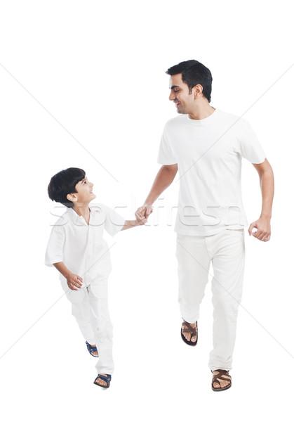 Heureux père en fils mains tenant famille marche père Photo stock © imagedb