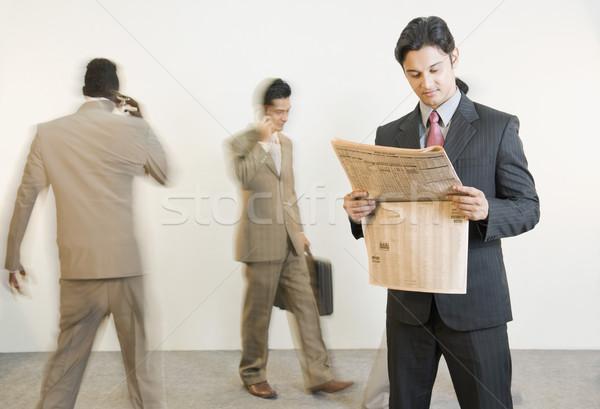 ビジネスマン 読む 新聞 同僚 ビジネス ニュース ストックフォト © imagedb