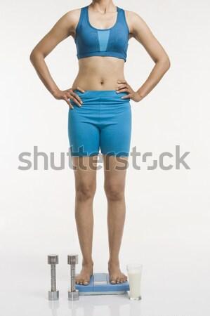 Donna piedi peso scala braccia vetro Foto d'archivio © imagedb