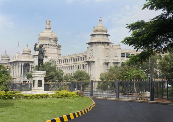 Standbeeld overheid gebouw boom weg geschiedenis Stockfoto © imagedb