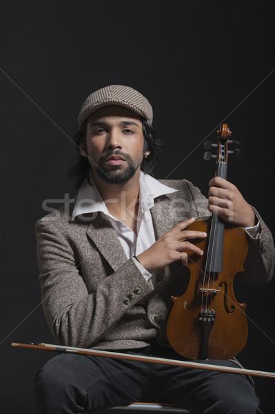 Zenész tart hegedű zene sapka ül Stock fotó © imagedb
