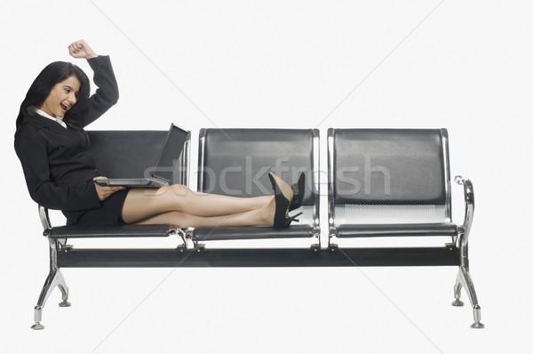 Işkadını oturma koltuk dizüstü bilgisayar kullanıyorsanız iş kadın Stok fotoğraf © imagedb